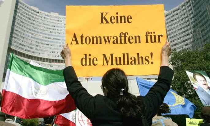 Demonstration vor dem Hauptsitz der IAEA in Wien gegen das Atomprogramm des Iran.