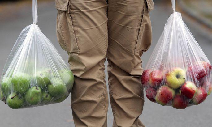 Rewe will nun auch die Obst-und Gemüsesackerl aus dünnem Plastik reduzieren.