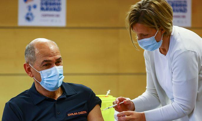 Ministerpräsident Janez Janša ließ sich schon 19. März mit dem Impfstoff von AstraZeneca impfen - er wäre mit 62 Jahren aber auch jetzt ein möglicher Kandidat für den Impfstoff in Slowenien.