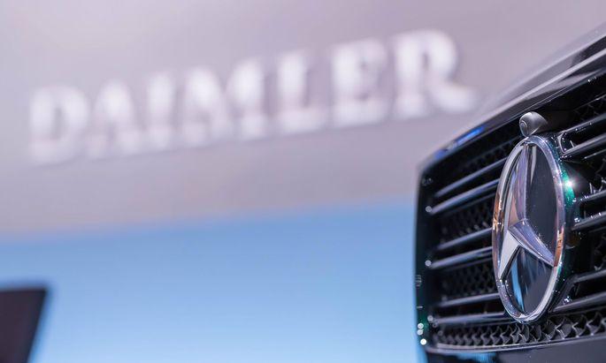 Wachsende Milliardenrisiken im Diesel-Abgasskandal verschärfen mitten im teuren Umbruch zu Elektroautos die Krise bei Daimler.