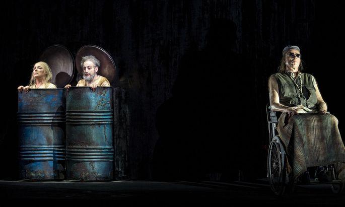 """Ein """"Endspiel"""", wie es in Becketts Büchel steht: Hilary Summers und Leonardo Cortellazzi (Nell, Nagg), Frode Olsen (Hamm)."""