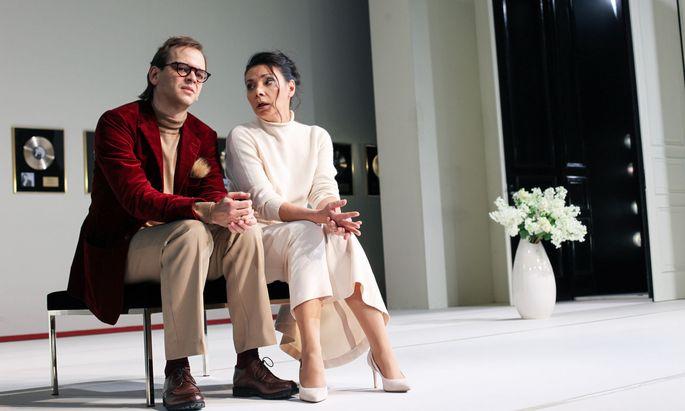 """Ambivalente Gefühle: Dr. Jura (Martin Vischer) und Marie Heink (Sandra Cervik) in Bahrs """"Konzert""""."""