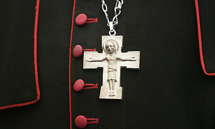 ARCHIV - Ein Erzbischof traegt am 22. Mai 2008 beim Katholikentag in Osnabrueck sein Kreuz ueber dem