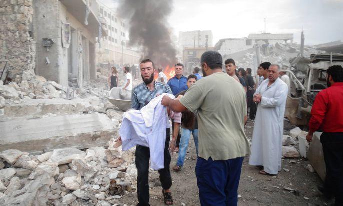 Oct 7 2015 DaraEin Mann kümmert sich um ein Opfer nach russischen Luftschlägen in Darat Izza im Norden Syriens. t Izza Syria Mourners carry the body of a Syrian man following an air strike b