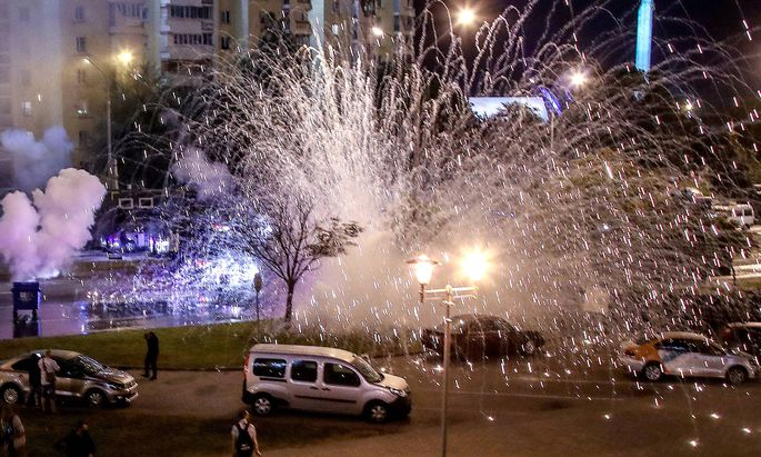 News Bilder des Tages MINSK, BELARUS - AUGUST 9, 2020: A stun grenade explodes during a protest against the results of t