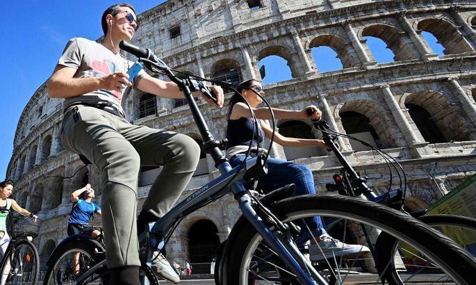 Radfahrer vor dem Kolosseum in Rom.