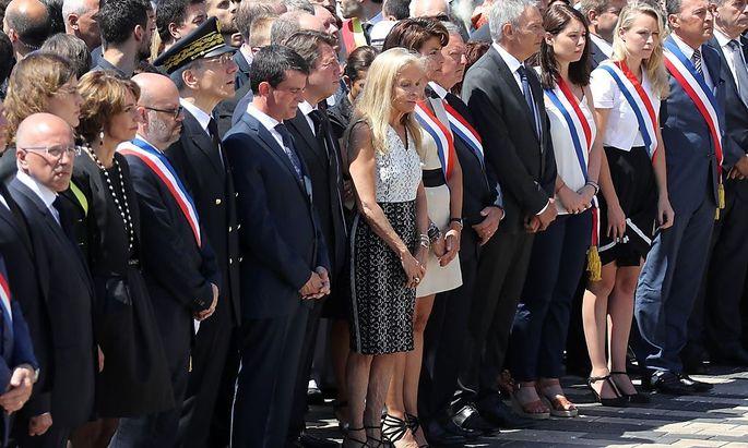 Premier Manuel Valls (6.v.re.) wurde bei den Trauerfeiern in Nizza nicht gerade freundlich empfangen.
