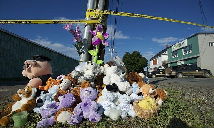 Vor dem Haus des Kleintierhändlers, in dem die zwei Buben ums Leben kamen, erinnern viele Stofftiere an das Schicksal der Buben.