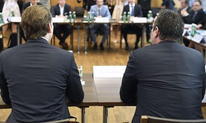 Bundeskanzler Sebastian Kurz (l.) und Vizekanzler Heinz-Christian Strache am Montag vor Journalisten bei der Regierungsklausur in Mauerbach.
