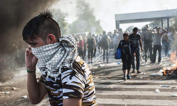 Nachdem Flüchtlinge die Absperrungen an der ungarisch-serbischen Grenze durchbrechen wollten, eskalierte die Lage.