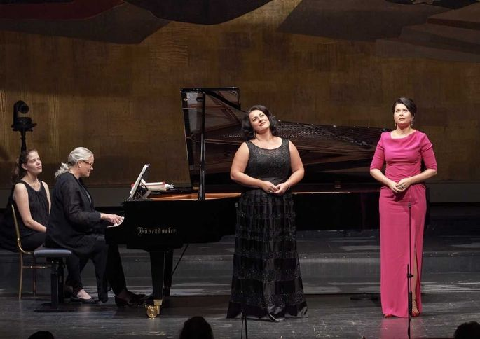Monika Bohinec (li.) mit Zoryana Kushpler, begleitet von Kristin Ukerlund.
