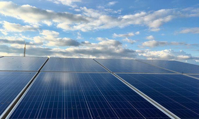 Durch eine Kombination von Fotovoltaik-Modulen mit Wärmepumpen können Häuser umweltfreundlich gekühlt werden.