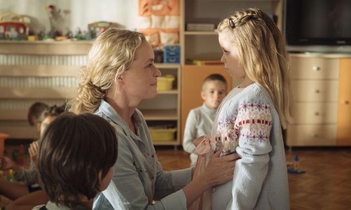 Wiebke (Nina Hoss) holt Raya (Katerina Lipovska) vom Kindergarten ab und erfährt: Kein Kind will mit ihrer Adoptivtochter spielen, alle fürchten sich vor ihr.