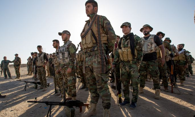 Soldaten der schiitischen Haschd-al-Schaabi-Milizen (PMF) in einem Trainingscamp in der Wüste westlich von al-Qayyara im Nordirak.
