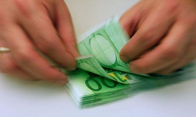 Hundert-Euroscheine werden gezaehlt