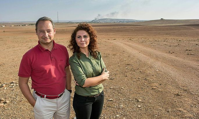 SPÖ-Klubobmann Andreas Schieder und Grünen-Frauensprecherin Berivan Asla vor dem Kriegsgewirr an der syrisch-türkischen Grenze.