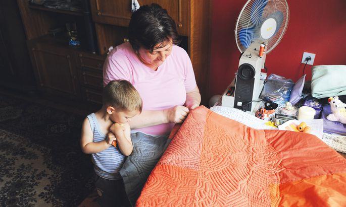 So profitieren beide Seiten. Eine bosnische Frau bestickt die Quilts, die Entwürfe stammen aus Bregenz.