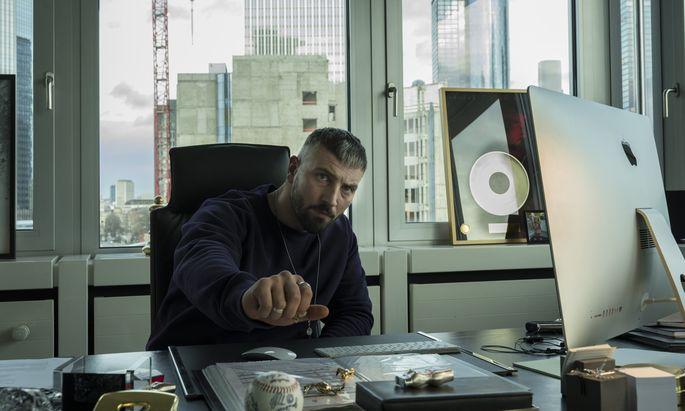 Murathan Muslu als erfolgreicher Gangsterrapper Kalifa.