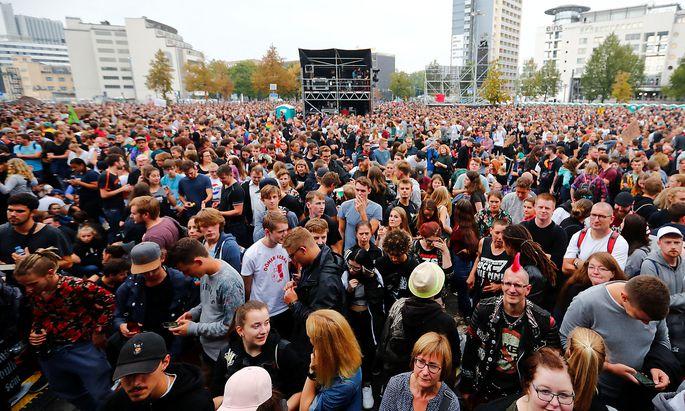 Warten auf die Bands - auch Feine Sahne Fischfilet wird in Chemnitz auftreten.