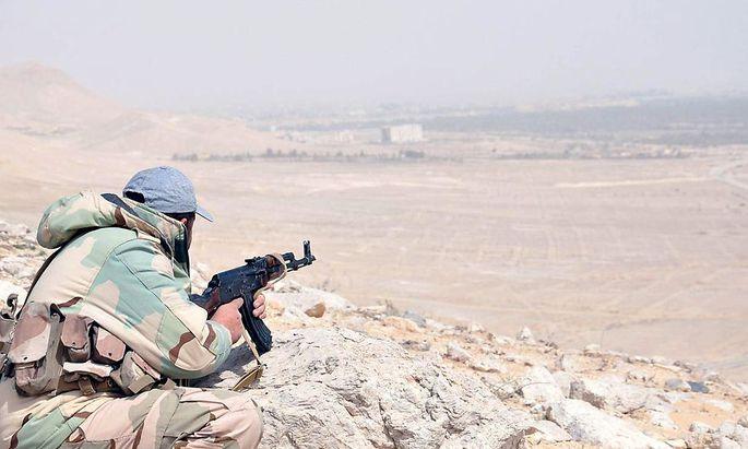 Ein Soldat der syrischen Armee auf einem Wachposten vor Palmyra.