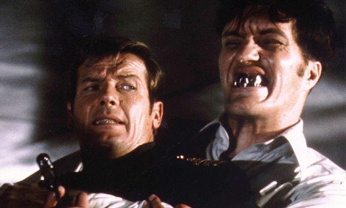 Richard Kiel mit Roger Moore in ''Der Spion, der mich liebte''