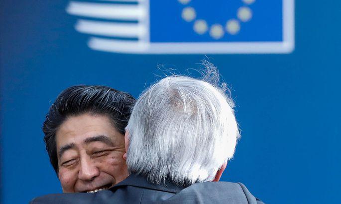 EU-Kommissionspräsident Jean-Claude Juncker begrüßt den japanischen Premierminister Shinzo Abe in Brüssel.