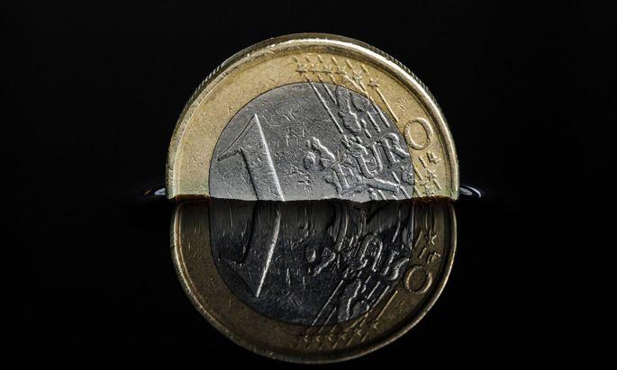 Euro-Muenze in einer dunklen Fluessigkeit Foto:xC.xHardtx/xFuturexImage