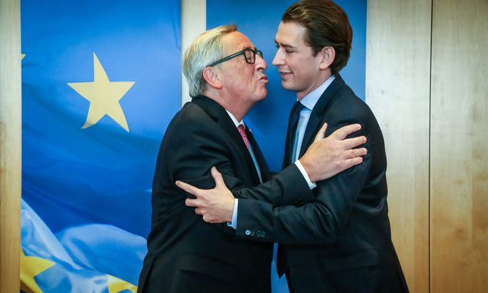 (Noch-)Minister Kurz und die Begrüßung à la Juncker.