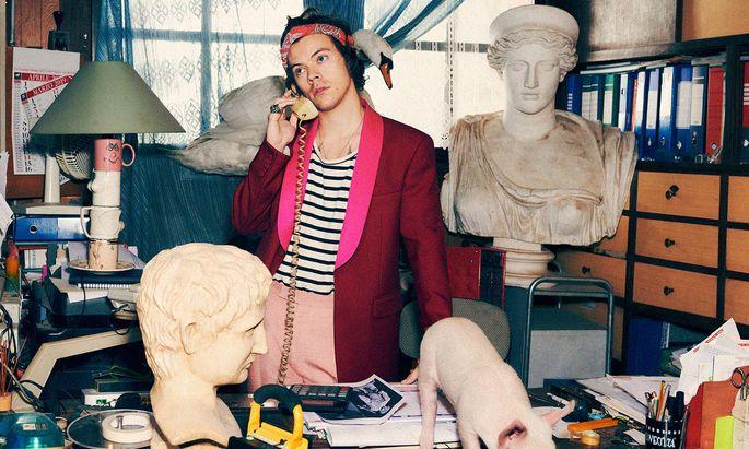 Stilvorlage. Auch in dieser Kampagne von Gucci spielt Styles mit Geschlechterklischees.