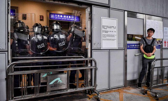 Immer öfter werden U-Bahn-Stationen – wie hier am Flughafen – Zielscheibe des Unmuts der Demonstranten.