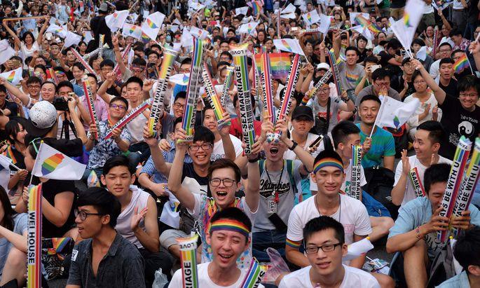 Große Freude bei den Aktivisten nach der Urteilsverkündung in Taiwan.