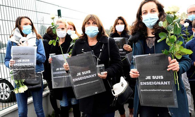 """""""Ich bin ein Lehrer"""": Franzosen bekundeten am Samstag ihre Solidarität mit dem ermordeten Geschichtslehrer."""