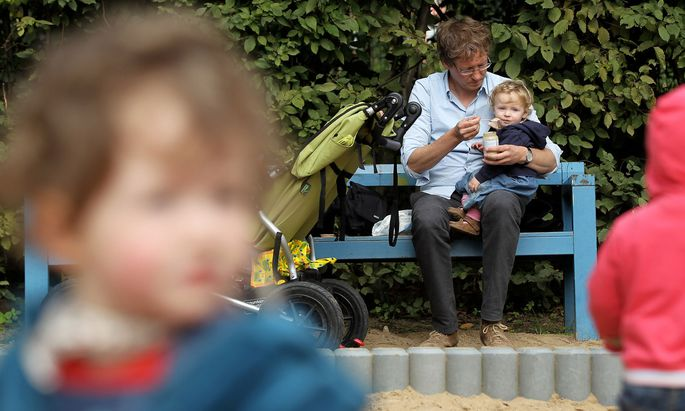 Neben mehr Beteiligung der Väter bei der Elternzeit brauche es dringend österreichweit familiengerechte Kinderbetreuungsangebote, fordern die Neos.