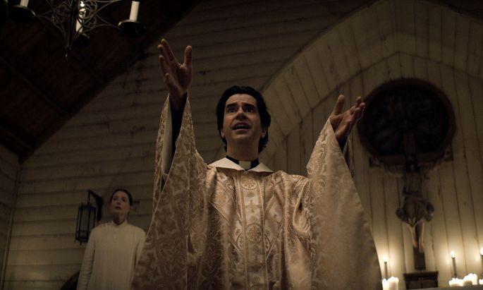 "Hamish Linklater als fanatischer Priester in ""Midnight Mass""."