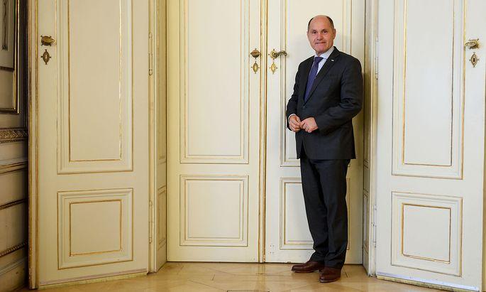 """""""Inhaltlich betrachtet bin ich genauso engagiert wie in den Monaten zuvor"""", meint Innenminister Sobotka (hier auf einem Archivbild) nach dem Wechsel zu ÖVP-Chef Kurz."""