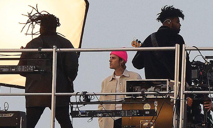 Justin Bieber beim Videodreh Anfang März auf den Hotel Crillon in Paris.