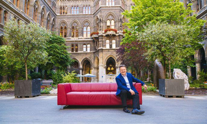 Michael Ludwig im Arkadenhof des Wiener Rathauses auf dem roten Sofa – das nicht von der SPÖ kam, sondern noch vom Life Ball übrig geblieben war.
