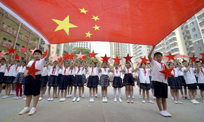 Schulkinder in China werden zum Beispiel mit Armbändern überwacht.