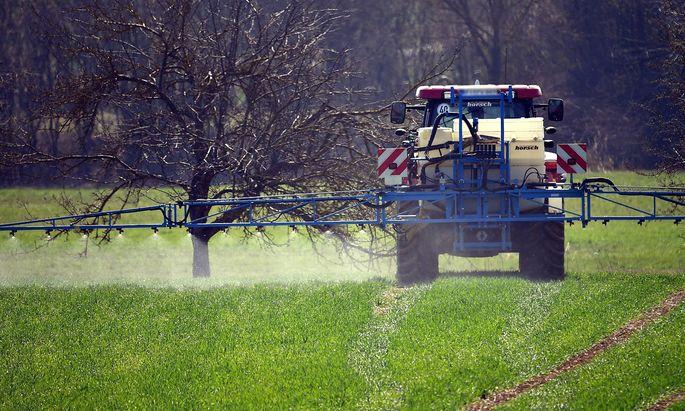 Ein Landwirt bringt das Pflanzenschutzmittel Glyphosat auf einem Feld aus spritzen Spritzmittel Unk