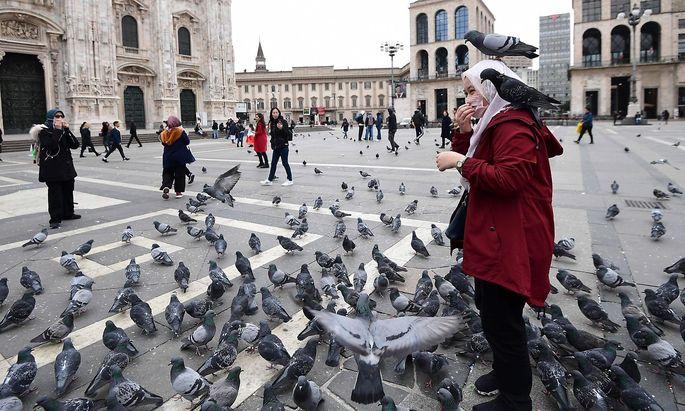 Eine Touristin am Platz vor dem Mailänder Dom.