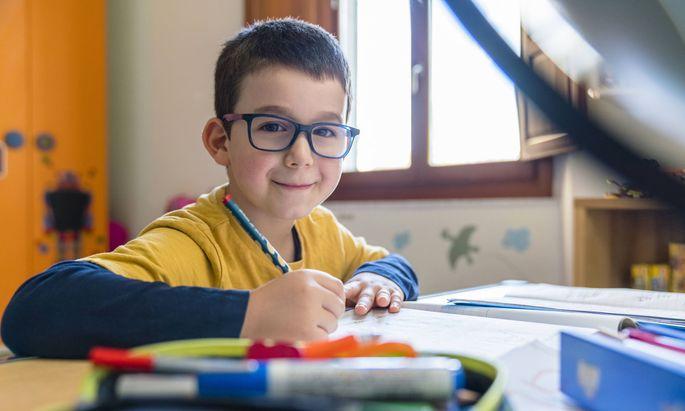Laut einer Reihenuntersuchung an 123.000 Schulkindern hat die Häufigkeit von Kurzsichtigkeit der Sechs- bis Achtjährigen in China im Jahr 2020 im Durchschnitt um 0,3 Dioptrien zugenommen.