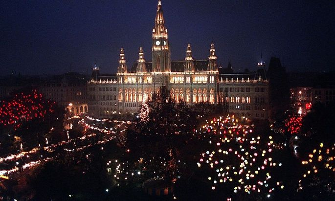 So sah es früher in der Adventzeit vor dem Wiener Rathaus aus. Um die Deko ist ein Rechtsstreit entbrannt.