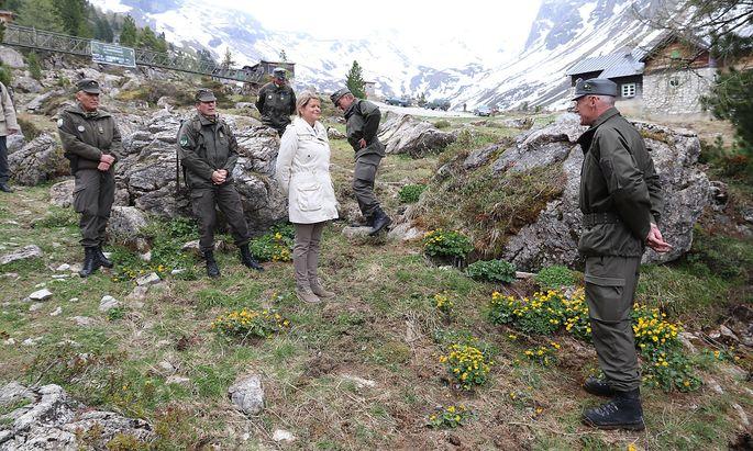 Verteidigungsministerin Klaudia Tanner (ÖVP) bei einem Truppenbesuch im Mai, auf einem vom Bundesheer veröffentlichten Bild.