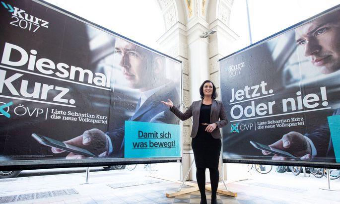 Elisabeth Köstinger präsentiert am 28. September 2017 die ÖVP-Plakate zur Nationalratswahl.