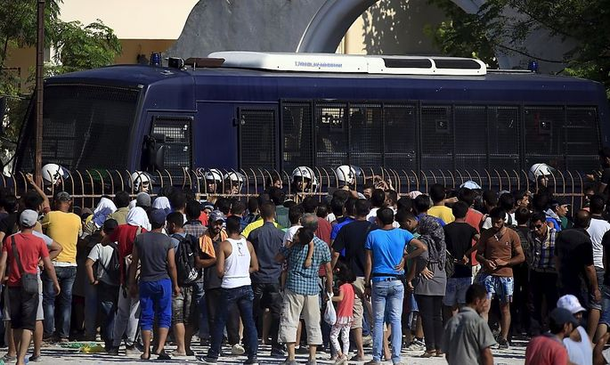 Flüchtlinge warten auf der griechischen Insel Kos auf ihre Registrierung.