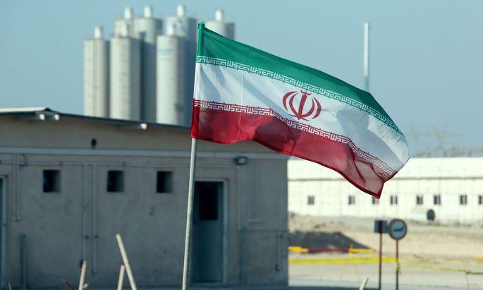 Irans Flagge vor dem Atomkraftwerk in Bushehr
