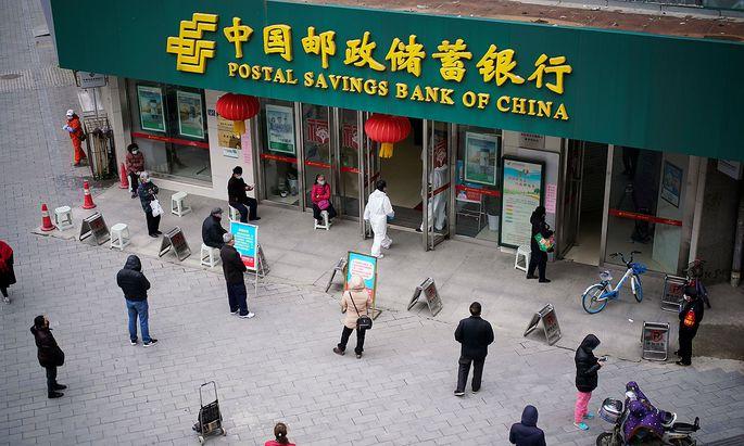 Warten auf Einlass in eine Bankfiliale in Wuhan.