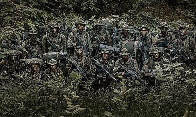 Finnische Infanteristen im Wald