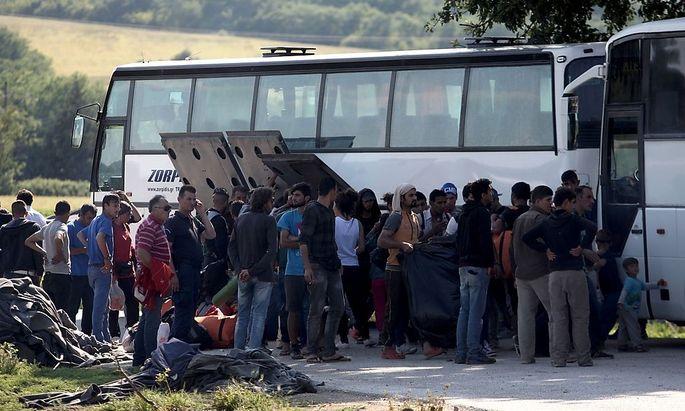 Die Menschen werden in Bussen in andere Lager gebracht.