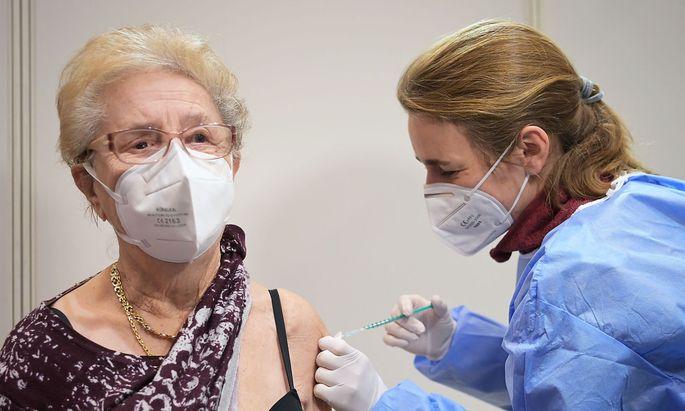 Eine Seniorin wird in Deutschland geimpft